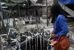 PENASARAN : Warga yang penasaran pemberitaan di media, mendatangi sumur kecil yang tak pernah kering di kediaman Punadin, Gang Kelapa II RT 5, Kelurahan Madurejo, Senin (24/8/2015).