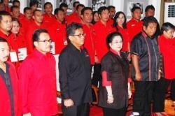 PELANTIKAN : Ketua Umum DPP PDI Perjuangan Megawati Soekarnoputri (tengah kanan), didampingi Sekjen DPP PDI Perjuangan Hasto Kristiyanto (tengah kiri), beserta kader PDIP, menghadiri pelantikan Badan Saksi dan Pemenangan Pemilu dalam rangka mengahadapi Pilkada Serentak 2015, di Kantor DPP PDIP, Lenteng Agung, Jakarta Selatan, Kamis (27/8). Tampak Agustun Teras Narang (kedua dari kiri) yang ditunjuk sebagai ketua Badan Pemenangan Pemilu (Bapilu).