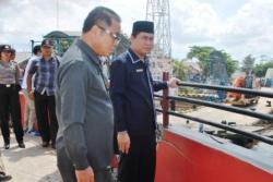 TINJAU PATUNG JELAWAT : Ketua DPRD Kotim Jhon Krisli (kanan) bersama anggota Fraksi PDI Perjuangan Awai F Matali saat meninjau Ikon Ikan Jelawat, beberapa waktu lalu.