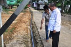 TINJAU SARANA : Wakil Bupati Murung Raya Darmaji, saat meninjau sarana air bersih di wilayah pedesaan, beberapa waktu lalu.