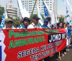buruh berdemo di Lapangan Monas, tepatnya di depan Istana Negara pada 1 September 2015 paqi.