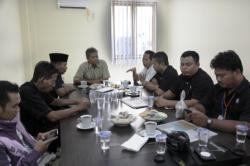 DISKUSI REDAKSI : Suasana diskusi mingguan di Kantor Redaksi Borneonews, Pangkalan Bun, Selasa (1/9/2015). Tampak narasumber Ketua DPRD Kobar Triyanto (kanan depan), Ketua Fraksi Gerindra Bambang Suherman (kiri depan), dan Pemred Borneonews-Palangka Post Yohanes Widada (tengah).