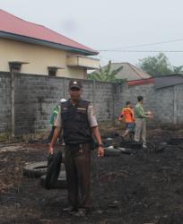 BARANG BUKTI : Aparat Polsek Pahandut mengamankan barang bukti ban bekas di lokasi kebakaran, Selasa (1/9/2015)