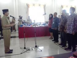 DILANTIK : Walikota Palangka Raya Riban Satia melantik pengurus Dewan Riset Daerah, Selasa (1/9). Tugas Dewan Riset Daerah ini melakukan penjajakan, pengujian bidang ilmu pengetahuan dan teknologi.