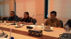 JUMPA PERS BI: Muhamad Nur, Kepala Perwakilan Bank Indonesia Kalimantan Tengah (tengah) didampingi Deputi BI Bidang Ekonomi Moneter, Dwi Tugas Waluyanto (kiri) dan Abas Sumarna, Deputi BI Bidang Sistem Pembayaran (kanan) saat menggelar jumpa pers di Palangka Raya, Selasa (1/9/2015).