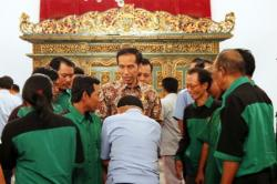 JAMU TUKANG OJEK DAN SOPIR: Presiden Joko Widodo (Jokowi) bercengkrama bersama perwakilan moda tranportasi pada acara jamuan makan siang di Istana Negara, Jakarta, Selasa (1/9). Puluhan tukang ojek pangkalan, tukang ojek online, dan sopir angkutan umum diundang Jokowi untuk makan siang bersama dan menyampaikan masukan serta hambatan yang mereka alami di lapangan. Jokowi menegaskan, istana adalah milik rakyat sehingga terbuka untuk rakyat. Pada peringatan HUT ke-70 Kemerdekaan Indonesia lalu, istana juga kedatangan tamu istimewa Suku Baduy yang bertelanjang kaki.