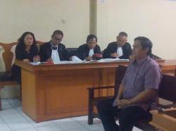 MEMBANTAH : Mantan Ketua DPRD Kapuas, Robert L Gerung yang dihadirkan sebagai saksi kasus korupsi SK PAW di Pengadilan Tipikor Kalteng selalu membantah dakwaan jaksa, Selasa (1/9/2015)
