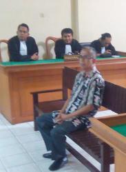 DISIDANG : Kepala Dinas PU Kapuas, Free Vynou mendengarkan sidang lanjutan dengan agenda mendengarkan tuntutan dari jaksa penuntut umum, Selasa (1/9/2015)