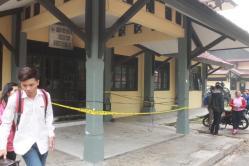 DILEMPAR MOLOTOV: Inilah gedung Jurusan Teknik Sipil, Fakultas Teknik, Universitas Palangka Raya (Unpar), yang menjadi sasaran pelemparan bom molotov oleh dua orang pengendara sepeda motor, Senin (31/9/2015) menjelang tengah malam. Polisi masih memburu pelaku serangan yang belum jelas motifnya itu.
