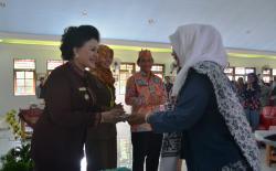 HUT IBI : Wakil Bupati Barsel Satya Titiek Atyani Djoedir menerima potongan kue pertama dalam peringatan HUT IBI ke-64 dan seminar ilmiah kebidanan di Aula Masjid Agung Baiturrahman Buntok, Kamis (3/9/2015).