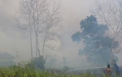 PADAMKAN API : Petugas pemadam kebakaran bersama warga berusaha memadamkan api yang membakar lahan di Jl HM Arsyad, Sampit, beberapa waktu lalu. DPRD mengapresiasi Kementerian Lingkungan Hidup Dan Kehutahanan yang menindak perusahaan pembakar lahan.