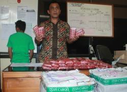 BARANG BUKTI : AIPTU Ismail Lubis perlihatkan barang bukti ribuan keping pil zenit yang diduga milik, Syamsudin Noor, 27, warga Jalan RA Kartini, Palangka Raya, Jumat (4/9/2015).