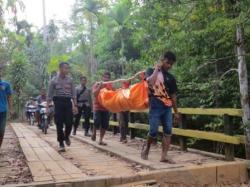 Nurwahyudi akhirnya dievakuasi ramai-ramai. Setelah ditarik dari sarang Trenggiling, tubuhnya dimasukkan ke kantung jenazah dan diangkut keluar hutan.