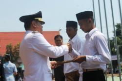 REMISI : Bupati Bartim Ampera AY Mebas menyerahkan putusan remisi kepada sejumlah tahanan pada saat peringatan HUT Proklamasi di Tamiang Layang beberapa waktu lalu