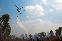 KEBAKARAN LAHAN : Helikopter MI 17 diterjunkan Badan Nasional Penanggulangan Bencana (BNPB) untuk memadamkan kebakaran lahan dan hutan di Riau beberapa hari terakhir. Sementara itu, Kapolres Barsel AKBP Sukron menegaskan bakal menindaktegas warga yang tertangkap tangan membakar lahan.