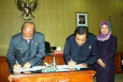 TANDATANGAN : Penjabat Walikota Banjarbaru Martinus dan Ketua DPRD Banjarbaru AR Iwansyah saat menandatangani Penambahan Modal pada PDAM Intan Banjar. (fahmi)
