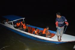 EVAKUASI: Perahu nelayan mengevakuasi ABK KM Kaifuku Maru yang tenggelam di perairan Sungai Bakau, Seruyan, Kamis (3/9/2015) dini hari.