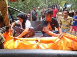 jenazah Nurwahyudi diangkut keluar hutan menuju rumah korban.