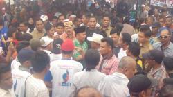 DIKERUMUNI : Calon Gubernur Kalteng, Sugianto Sabran dikerumuni warga yang hadir saat kampanye terbatas di Jalan Murdjani, Palangka Raya, Kamis (8/10/2015)
