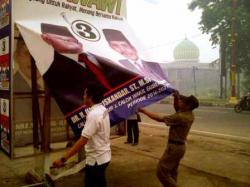 DICOPOT : Tim Panitia Pengawas Pemilu bersama anggota Satuan Polisi Pamong Praja Kota Palangka Raya mencopot alat peraga kampanye milik salah satu pasangan calon gubernur Kalimantan Tengah, Jumat (9/10/2015).