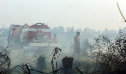PADAMKAN API : Petugas dan relawan pemadam kebakaran di Kabupaten Kobar berjibaku padamkan api. Sementara itu, di Kabupaten Katingan belum ada laporan warga meninggal karena ISPA dan diare.