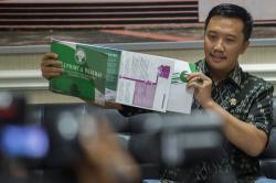ROADMAP SEPAK BOLA: Menteri Pemuda dan Olahraga Imam Nahrawi saat menunjukkan roadmap tentang rancangan sepak bola Indonesia ke depan, beberapa waktu lalu.