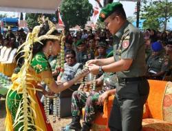KALUNG BUNGA : Kasdam VI Mulawarman Brigjen TNI George Elnadus Supit mendapat kalung bunga saat membuka TMMD di Pengaron, Kabupaten Banjar, Jumat (9/10/2015)