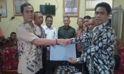 SURAH KEPUTUSAN : Ketua KPU Kapuas, Bardiansyah menyerahkan surat keputusan mengenai kesepakatan batas akhir pemasangan alat peraga kampanye calon gubernur, Jumat (9/10/2015)