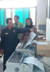 CEK ALAT : Ketua Komisi A DPRD Riduanto melihat kondisi alat cetak e-KTP di Dinas Kependudukan dan Catatan Sipil Palangka Raya.
