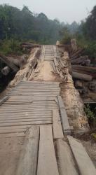 RUSAK PARAH : Kondisi jembatan di Desa Maruga sangat memprihatinkan. Jembatan itu rusak parah dan berbahaya jika dilalui kendaraan roda dua maupun empat. Kayu-kayunya sudah banyak yang lapuk dan posisi jembatan ini sudah miring.