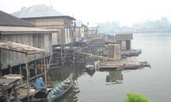 JAMBAN TERAPUNG : Sebagian besar masyarakat yang tinggal di bantaran Sungai Jelai, Kecamatan Jelai, Kabupaten masih terbiasa buang air besar di jamban atau kakus terapung. Budaya hidup masyarakat yang tidak sehat tersebut perlahan akan diubah oleh Dinas Kesehatan.