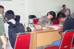 PENERIMAAN ANGGOTA BARU : Sejumlah pelamar mendaftarkan diri sebagai calon tenaga kontrak anggota Satpol PP Barito Utara di kantor Satpol PP Barut, Senin (12/10/2015).