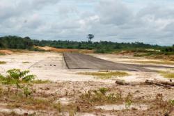 PEMBANGUNAN BANDARA : Landasan bandara baru Barito Utara yang berada di Desa Trinsing, Kecamatan Teweh Selatan, Senin (12/10/2015). Bandara tersebut masih dalam pengerjaan dan proses pengecekan kekuatan landasan oleh ITB Bandung.