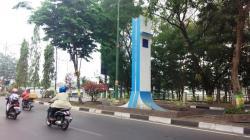 MANFAAT TUGU : Pengendara sepeda motor melintas di samping tugu tanpa nama di Jalan Lambung Mangkurat, Banjarmasin, Minggu (12/10/2015). Tugu yang dicat warna putih-biru itu dibangun tanpa tujuan dan manfaat yang jelas.