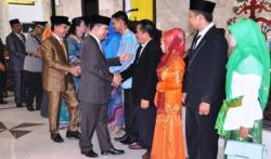 BERI SELAMAT : Bupati Kapuas Ben Brahim S Bahat dan Ketua DPRD Kapuas Algrin Gasan memberikan selamat kepada lima orang anggota DPRD Kapuas hasil PAW yang dilantik pada pada sidang paripurna istimewa di Gedung DPRD Kapuas, Senin (12/10/2015).