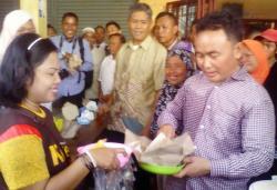 Cagub Sugianto Sabran di tengah warga di Pasar Kahayan, Kota Palangka Raya.