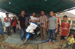 Roni menerima door prize dari panitia HUT Harian BN dan PPost di Desa Bangkal, Kecamatan Seruyan Raya bersama Wakil Bupati Seruyan Yulhaidir (berkaos putih) pada Minggu 11/10/2015.