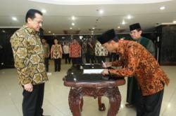 PELANTIKAN DPD: Mukhammad Rakhman dilantik menjadi anggota Dewan Perwakilan Daerah (DPD) RI utusan Kalimantan Tengah (Kalteng) menggantikan Habib Said Ismail yang saat ini maju menjadi calon wakil gubernur Kalteng, di Gedung Nusantara III, Kompleks DPR/MPR, pada Selasa (20/10/2015) siang.