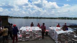 KUALITAS RASKIN: Ratusan ton beras Bulog saat baru tiba di Pelabuhan Sampit. Anggota Komisi II DPRD Kotim William Novetra meminta Bulog Sampit menjaga kualitas raskin.