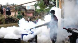 Petugas melakukan fogging di Kobar, beberapa waktu lalu. Kepala Puskesmas Kumai, Abimanyu, Selasa (22/11/2016), menyatakan, sampai November 2016, Kumai nihil kasus demam berdarah dengue (DBD). BORNEONEWS/DOK