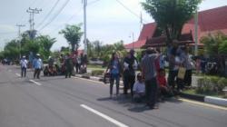 Para pengunjuk rasa yang memprotes dicoretnya PasanganUjang-Jawawi dari daftar peserta pemilukada hanya sekitar seratusan orang.