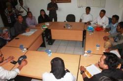 TERIMA PENGUNJUK RASA: Jajaran komisioner KPU Kalteng menerima sepuluh perwakilan unjuk rasa kubu Ujang Iskandar-Jawawi (UJ), Senin (23/11/2015).