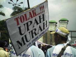 DEMO BURUH : Para buruh yang tergabung dalam Komite Aksi Upah menuntut Presiden Joko Widodo mencabut PP No. 78/2015 tentang pengupahan, Kamis (26/11/2015). Sementara itu, Upah Minimum Kabupaten (UMK) 2016 Banjarmasin ditetapkan naik menjadi Rp2,1 juta.