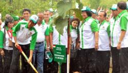 AKSI TANAM POHON : Presiden RI Joko Widodo ketika melakukan tanam pohon pada kegiatan puncak Penanaman Pohon Nasional 2014 di desa Sidoharjo, Kabupaten Wonogiri. Pada tahun 2015 ini, presiden meminta langkah pencegahan terhadap karhutla lebih ditingkatkan.