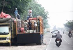 ANGKUTAN BERTONASE BESAR : Sebuah truk pengangkut barang bongkar muat di kawasan bundaran monyet Kumai, belum lama ini. Angkutan bertonase besar masih bebas melintas di jalan protokol, meskipun melebihi daya dukung jalan.