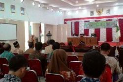 BACA SAMBUTAN: Aisten II Setda Sukamara Donal Simanjuntak membacakan sambutan Bupati Ahmad Dirman dalam pembukaan Sosialiasi RSUD menjadi BLUD di Aula Kantor Bupati, Kamis (26/11/2015).