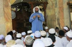 BERKAN CERAMAH: Syekh Ali Jaber saat berceramah di Masjid Alfalah Sampit, dalam acara tablig akbar, Kamis (26/11/2015) kemarin. Ia meminta umat Islam cerdas dalam memilih pemimpinnya dengan memperhatikan ajaran agama.