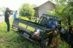 RINGSEK: Kondisi mobil pikap yang nyungsep akibat diseruduk truk Pertamina di Km 20 kawasan Kalampang, Kamis (25/11/2015).