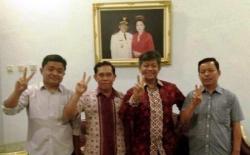 FOTO BERSAMA : Tiga PNS Kota Palangka Raya foto bersama dengan salah satu calon gubernur Kalteng.