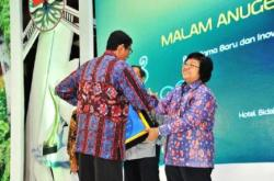 ADIPURA : Menteri Lingkungan Hidup dan Kehutanan, Siti Nurbaya memberikan piagam Adipura kepada salah satu kepala daerah. Sementara itu tahun ini Pemkab Sukamara kembali mendapat sertifikat Adipura.